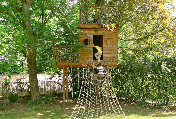 de boomhut treehouse cabane dans arbre is weer helemaal hot treehouses as an idea in garden or. Black Bedroom Furniture Sets. Home Design Ideas