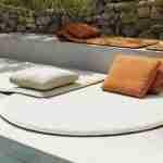 Sfeervolle setting tuinmeubelen bij zwembad.