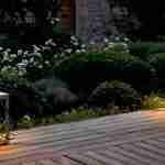 tuinbeleving met losse lichtelementen op terras of bij zwembad- welness in tuin.