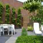 kleine tuin met diverse tuinkamers en witte tuinmeubelen-florera heeze