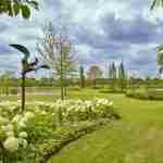 exclusieve grote landelijke tuin rondom villa met zwemvijver en weelderige beplanting grote groepen- ambachtelijk tuinontwerp florera tuinen.