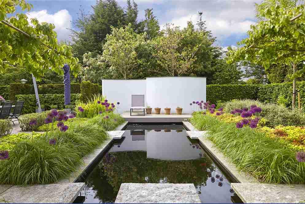 Stoere strakke tuin met koi vijver en div terrassen for Strakke tuinen met siergrassen