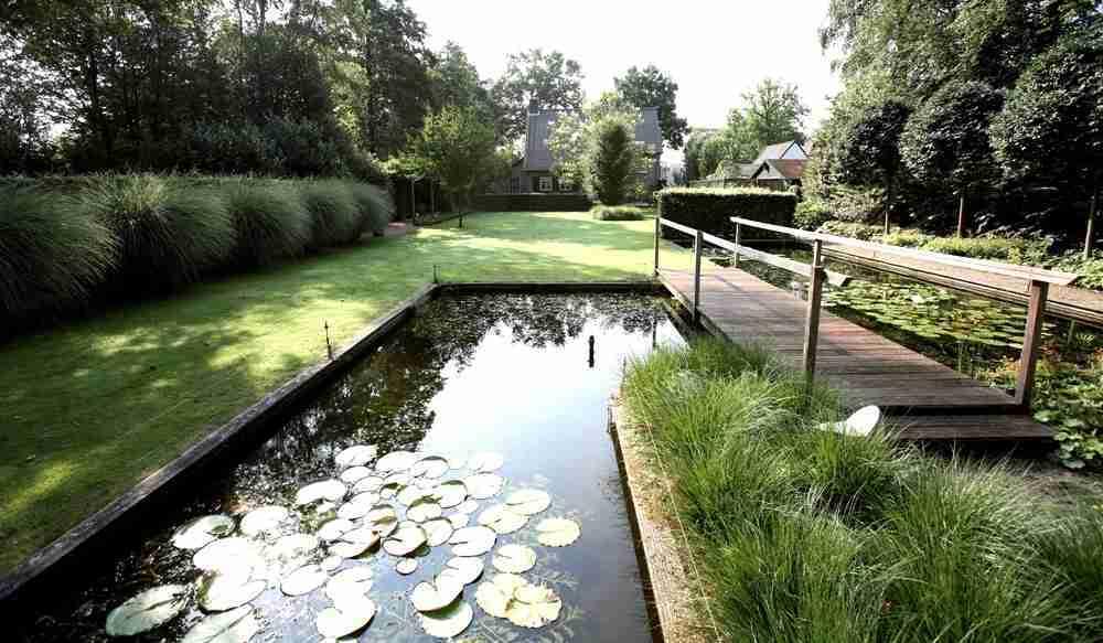 Landschappelijke tuin met koi vijver natuurrijk en for Vijver voor kleine tuin