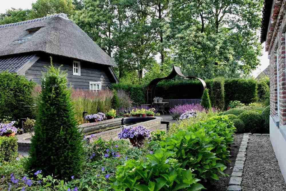 Weergaloze natuurrijke tuin bij historische boerderijvilla for Tuin beplanten