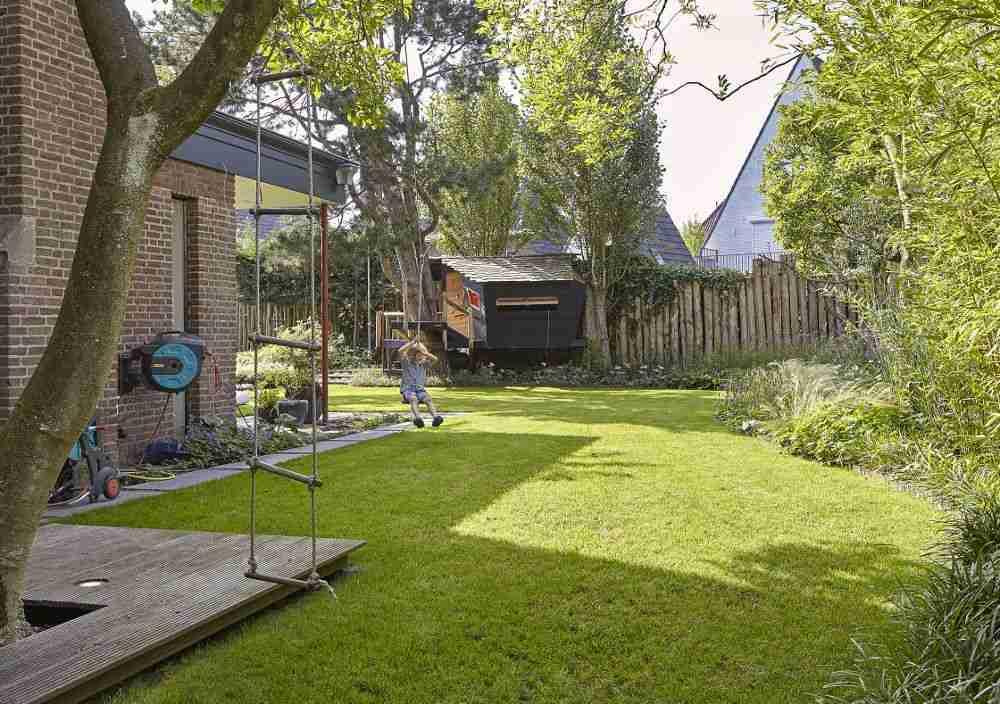 kinder spelen in gezinstuin- tuin gezin met kleine kinderen-florera tuinontwerp