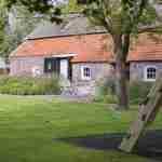 rustige harmonieuze grote tuin bij villa herenboerderij te Noord Brabant.