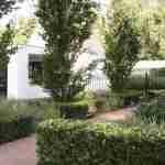 grote vlakken en krachtige lijnen bij entree grote tuin