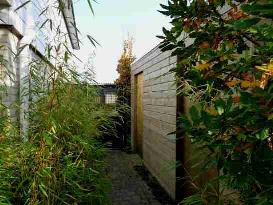tuinberging in het groen voor tuingereedschappen en tuinmeubilair