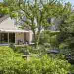 natuurrijke villatuin met waterstroom