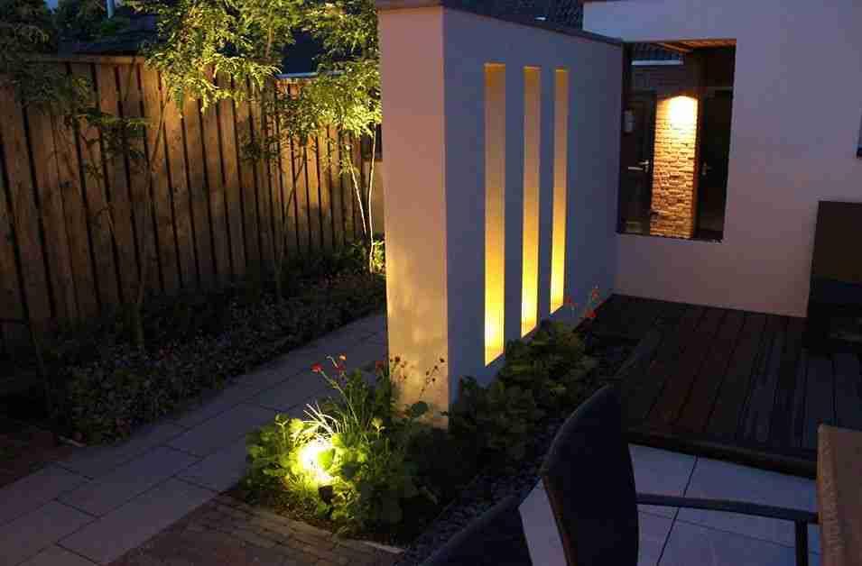moderne stadstuin met tuinverlichting