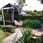 ontwikkeling van de tuin en veel diversiteit aan tuinplanten in villatuin