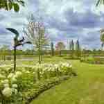 lange lijnen in grote landelijke tuin na tuinplan florera tuinontwerp