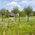 Weergaloze landschappelijke tuin rondom villaboerderij