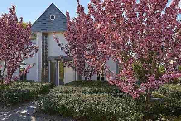 een strakke voortuin met weelderige bloei in het voorjaar en een rijke najaarsgroet als doordachte combinatie in tuinplan- florera.nl